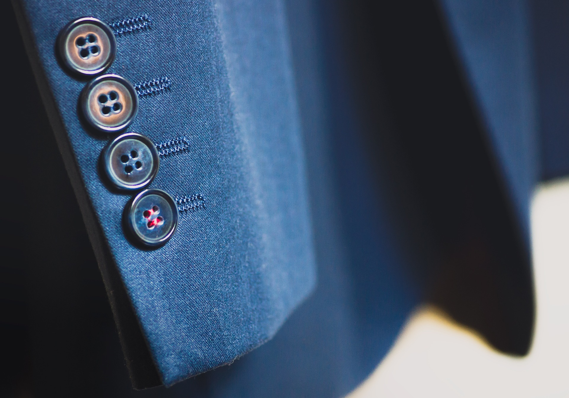 suit-926510_1920